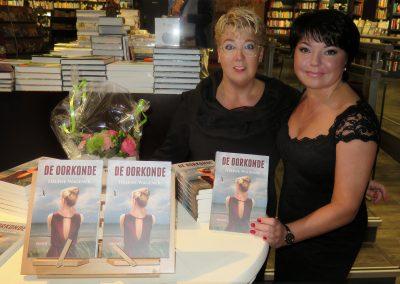 Hélène samen met Maryna-designer van het boekomslag